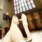 ブルーミントンヒル:ステンドグラスがきらめく厳かな大聖堂で温かな雰囲気が伝わる挙式。大空の下、中庭でゲストとのふれ合いも