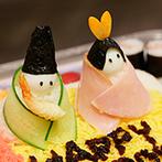 グランラセーレの森:ふたりの人形や手まり寿司が愛らしい豪華な寿司ケーキをカット!バーテンダーの多彩なドリンクも注目の的