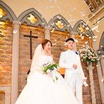 マリエールオークパイン日田:ぬくもりある大聖堂での感動の挙式。厳かな誓いの後は、ゲストからの盛大な祝福のシャワーに笑顔がこぼれた