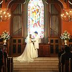 グランラセーレ レガロ:オルガンやトランペットの音色が響く会場で、神聖な挙式。階段に流れるようなベールも絵のような美しさ