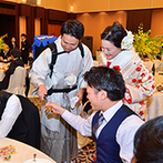 KKRホテル博多:さまざまな余興でゲストがふたりをお祝い!各卓でのビールサーブでゲストとの距離を縮める温かなシーンも