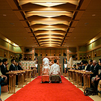 KKRホテル博多:住吉神社の神職が執り行う神前式を、館内神殿で実施。身近な友人にも参列してもらい、厳かな誓いをたてた
