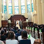 ヴェルジェくらしき:倉敷でも群を抜くスケールの大聖堂で、ゲスト全員に誓う人前式。ステンドグラスの青い光も晴れやかに輝いた