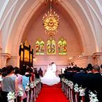 セントパトリック・チャーチ/ロイヤルホールヨコハマ:天井高12mの大空間にステンドグラスが輝く大聖堂にひとめぼれ!パーティの映像演出や衣裳プランも決め手
