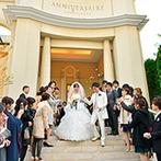 アニヴェルセル 表参道:別世界のような荘厳さに、大勢の参列者が惹き込まれる。入場前の家族との時間も大切にしてくれる大聖堂挙式