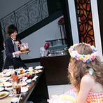 ウェディングスホテル・ベルクラシック東京:2階に登場したふたりに会場の視線が集中。スタッフやゲストの協力のおかげで、新郎のサプライズが大成功!