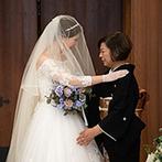 ウェディングスホテル・ベルクラシック東京:純白のウエディングドレス姿がバージンロードに映り込むシーンにうっとり。指輪交換のハプニングも思い出に