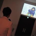 グランラセーレ東広島:生い立ち映像が上映され、より感動に包まれる挙式に。光のラインが伸びる幻想的な空間で、永遠を誓い合った