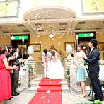 ホテルモントレ札幌:ふたりの姿がガラスに映る、ロマンチックな教会式。ガーデンの赤絨毯で、花びらと天使の羽根の祝福も