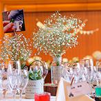 Brides Scene エスティーズ:新婦が好きなかすみ草やふたりの思い出のクローバーで彩った特別な空間。おもてなしの料理も大いに喜ばれた