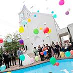 Brides Scene エスティーズ:カラフルな風船が真っ白なチャペルに映えるバルーンリリース!プールでのワンシーンも幸せの記憶を刻んだ