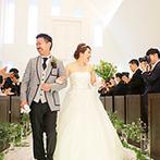 Brides Scene エスティーズ:まばゆい光に包まれた純白のチャペルでふたりらしい人前式。お菓子まきは当たり付きでゲストもワクワク!