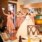 THE VILLAS 長崎(ザ ヴィラズ):いつ撮られても大丈夫なように、ベストな笑顔で当日にのぞんで。ドレス選びは女性の視点が頼りになる!