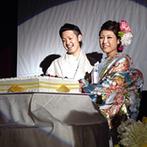 KURETAKESO(クレタケソウ):イエローに染まった会場に映える水色の打掛で、こだわりのケーキへ入刀&イエローのスコップでケーキバイト