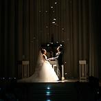 プレジール迎賓館:大勢のゲストが神聖な誓いをゆったりと見届けるチャペル。天使の羽が舞う幻想的なシーンに感動が広がった