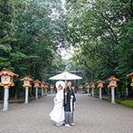 プレジール迎賓館:会場で和装に身を包み、緑潤う宮崎神宮での神前式。神秘的な挙式の映像を、披露宴のエンディングでも紹介
