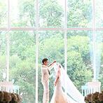 プレジール迎賓館:大きなガラスから降り注ぐ自然光、美しく組まれた木が目を惹く、南国リゾート風のチャペルで晴れやかな挙式