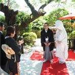 神戸北野 ハンター迎賓館:鮮やかな緑に包まれた庭園で、家族に見守られて契りを交わした。身が引き締まる思いで、結婚の喜びを実感