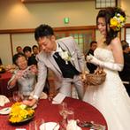 神戸北野 ハンター迎賓館:緑に溢れた庭園を望むパーティ会場に、色とりどりの花が咲き誇る。ふたりらしい各卓まわりの演出も