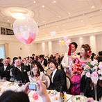 京都ノーザンチャーチ北山教会:ゲストの笑顔も弾けたバルーン演出。ゲストにキャッチしてもらった小さなバルーンには、嬉しいプレゼントも