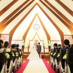 京都ノーザンチャーチ北山教会:ゲストの祝福をすぐそばで感じながら歩くバージンロード。牧師の温かな言葉に導かれ、笑顔で誓いを交わした