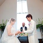 ブリーズレイ・プライベートテラス:三角屋根が印象的な独立型チャペル。明るい祭壇で誓いを交わし、この上ない幸せに笑顔が広がった