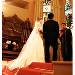 アスタープレイス:真紅のバージンロードを粛々と進む新婦。荘厳な大聖堂でのセレモニーは、誰にとっても印象深いシーンの連続