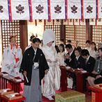 よし川:憧れの自宅着付で、お世話になった人に見送られて神社へ。巫女の舞など日本の伝統的な儀式でゲストを魅了