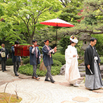 Yoshikawa Village (よし川):新婦が心惹かれた、家元が直々に歌う長持唄に導かれた花嫁行列。美しい日本庭園が白無垢姿を引き立てた