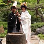 Yoshikawa Village (よし川):儀式の意味を大切にしながら、ゲストとの絆を結ぶ演出の数々。風情あふれる空間では、生演奏が響き渡った