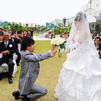 ホテル マリターレ創世 佐賀:ガーデンで開放感いっぱいの人前式。ゲストからバラを集めた新郎が、新婦にプロポーズするセレモニーも!