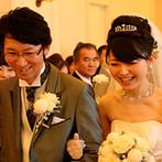 ホテル マリターレ創世 佐賀:ゲストの温かな眼差しを感じる挙式に、ふたりも思わず笑顔!青空の下でのフラワーシャワーは一生の思い出