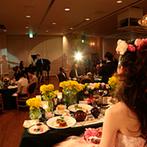 ホテル マリターレ創世 佐賀:バンケットを埋め尽くすのは、新婦の名前にちなんだ「菜の花」。和にも洋にも合う、絶妙なコーディネート!