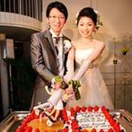 ホテル マリターレ創世 佐賀:ケーキには、スケボーに乗るふたりの大きな人形が!プロミュージシャンの音楽をバックに、大階段から再登場