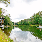 THE NIDOM RESORT WEDDING:トムトム湖からボートで入場。北海道らしい雄大な自然を楽しみながら、ゲストと思う存分おしゃべり