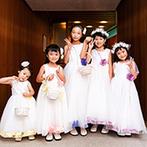 ニドムリゾートウエディング:お揃いの衣裳を来た女の子たちが挙式をお手伝い。ナチュラルな雰囲気の教会に笑顔があふれた幸せなひと時