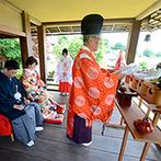 TERAKOYA:凛々しい紋付袴と艶やかな色打掛に身を包み、緑の景色を望む茶室で神前式。庭園での記念写真は一生の宝物