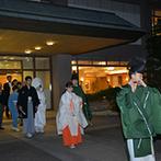 東京大神宮/東京大神宮マツヤサロン:温かく灯る行燈の光に導かれ、ゲストが待つ本殿へ。本格的な和の儀式で、身の引き締まるような厳粛な契りに