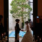 山手迎賓館 横浜:白いシャクヤクの花やキャンドルが彩るチャペル。ブーケ&ブートニアの儀式など個性あふれるキリスト教式に