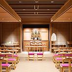 THE MARCUS SQUARE アゴーラ福岡山の上ホテル&スパ:美しい白無垢姿の花嫁が引き立つモダンな館内神殿。多くの参列者に囲まれて、厳かに夫婦の誓いを交わした