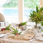 GARDEN WEDDING ARCADIA KOKURA(ガーデンウェディング・アルカディア小倉):砂浜で席次表を受け取り、会場では南国フルーツがお出迎え。凝った装飾で、ビーチリゾートを体感!