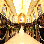 アルカーサル迎賓館 川越:貸切のゲストハウスで行う、正統派の結婚式。ドレス姿が映える、木のぬくもり溢れるチャペルが決め手に