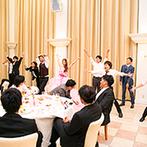 ヴィラ・グランディス ウエディングリゾート TOYAMA:家族の絆を感じる演出で幸せムードに包まれた。新郎念願のフラッシュモブは、プロや友人の協力で大成功!