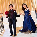 ヴィラ・グランディス ウエディングリゾート TOYAMA:大階段から再入場し、パーティの後半は感動的でしっとりとしたムード。友人へ想いを繋ぐブーケプレゼント