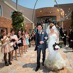 ホテル テラス ザ ガーデン水戸:バージンロードでの花嫁の最後の身支度がさらなる感動を呼んだ挙式。テラスでのアフターセレモニーも満喫!