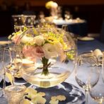 ヒルトン東京ベイ:相席を作らない柔軟なレイアウトがゲストに好評。テーブルの大きさによって装花アレンジにもこだわった