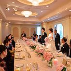 帝国ホテル 東京:挙式と同じドレスにショルダーを付けて、ドレスのデザインも気分もチェンジ。シェフのフランベ演出に大歓声