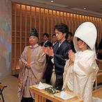 ベルヴィ武蔵野:白無垢に綿帽子、黒紋付に身を包み、和の伝統を継承する神前式。巫女の舞や雅楽の音色も、晴れの日を彩った