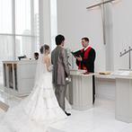 ホテルブリランテ武蔵野:光に満ちた純白の独立型チャペルで挙式。誓いのシーンで両家の両親も参加し、家族の絆を強く結べた