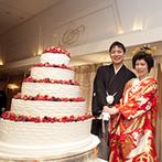 ホテルオークラ東京:広々としたバンケットを赤と白のカーネーションでコーディネート。大迫力の5段ケーキにゲストの視線も集中